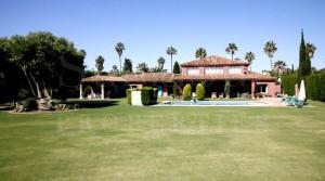 Villa with spacious gardens Sotogrande